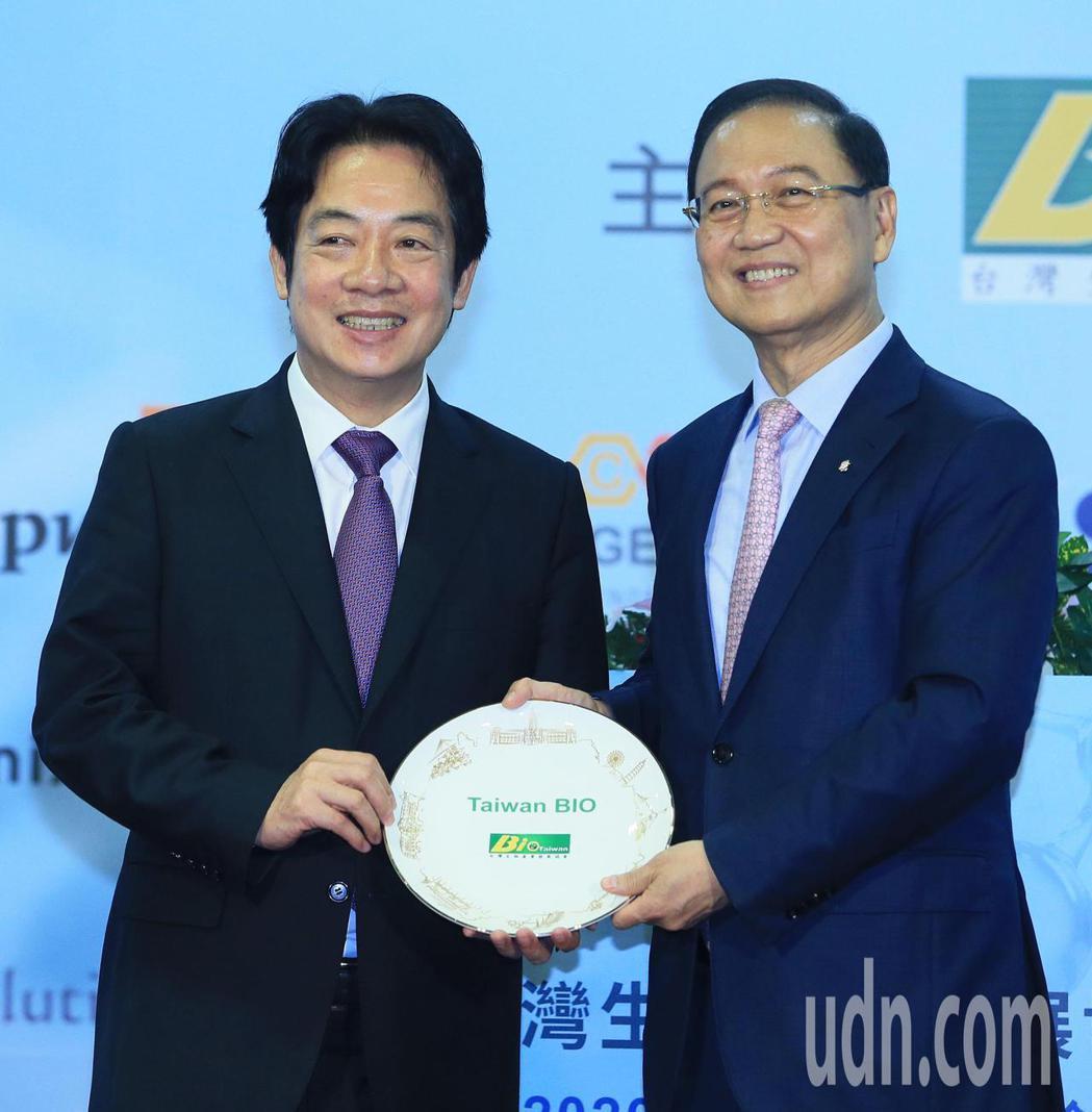副總統賴清德(左)晚上出席台灣生物產業協會會員大會,提出三大目標與會員們共勉,會...