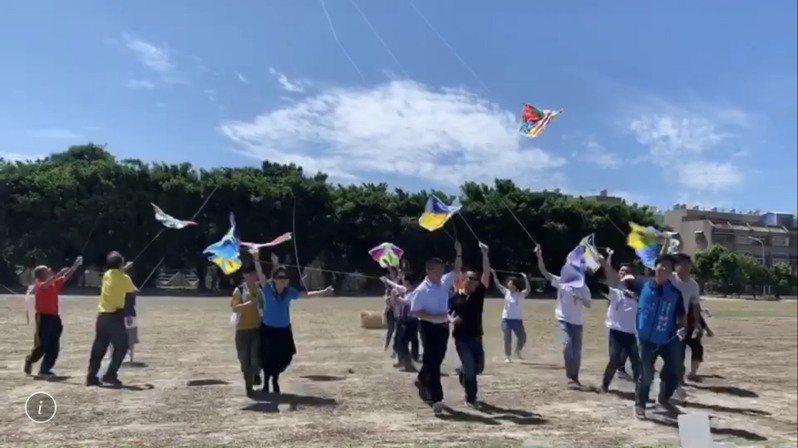 彰化縣二林鎮公所首度辦風箏節,將於10月11日登場,今天暖身宣傳,活動將結合風箏工藝和農業市集,還有「野餐 Fun風吹音樂會」。 圖/二林公所提供