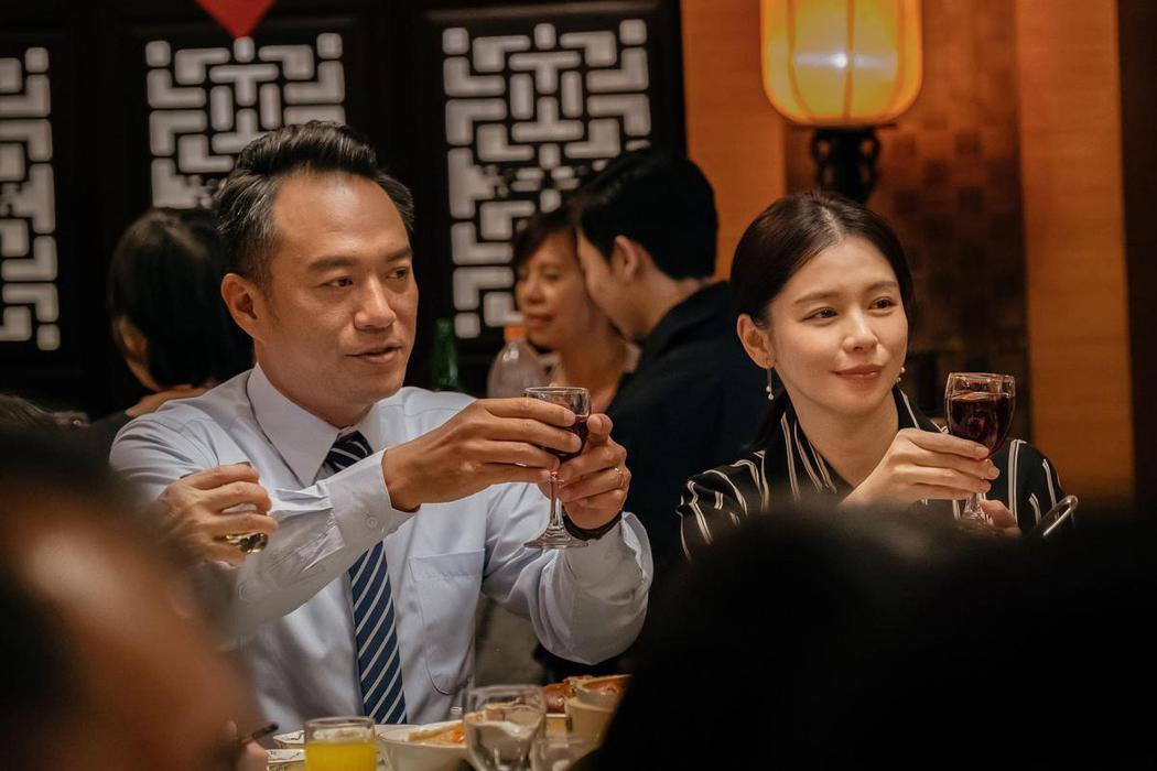 徐若瑄(右)在「孤味」與張翰(左)飾演一對夫妻。圖/威視提供