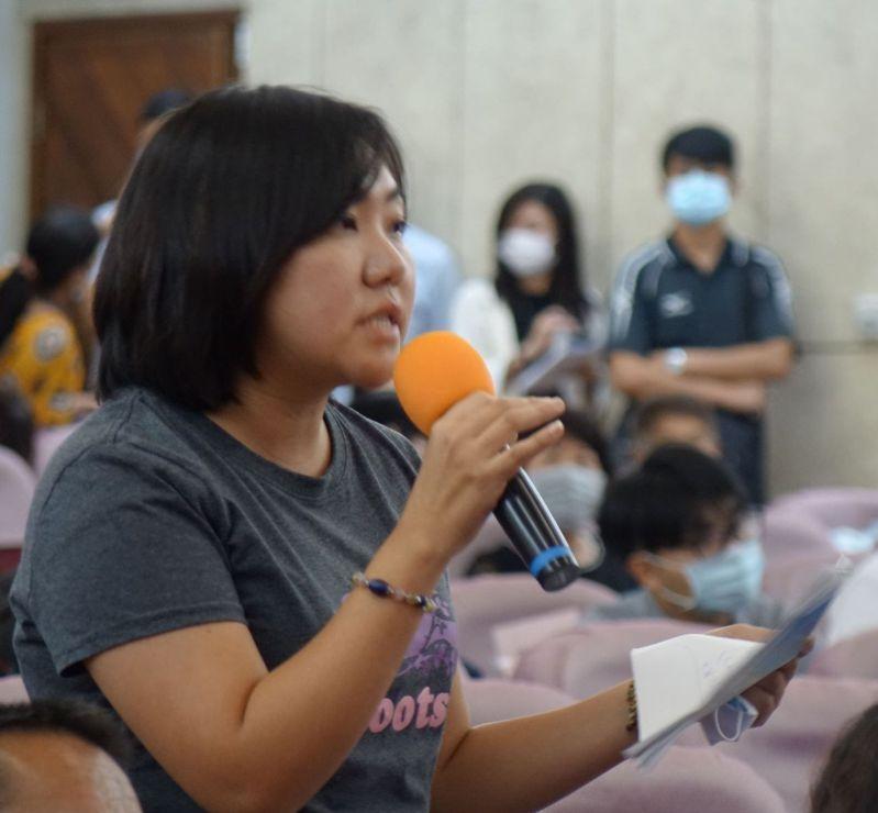 國民黨高雄市議員邱于軒搬出綠營議員對前市長韓國瑜團隊有關非法定社福預算的要求,反過來要求市長陳其邁。記者楊濡嘉/攝影