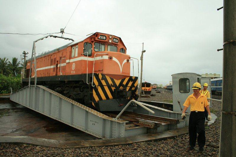 台鐵目前仍在使用中的轉車台,是日治時期新建的第三代轉車台。圖/詹翹提供