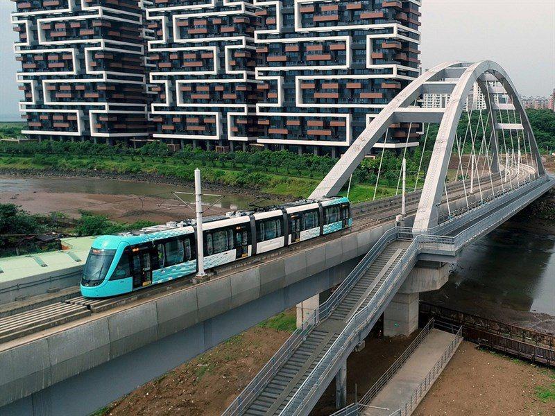 新北淡海輕軌藍海線第一期的3站已報交通部履勘,其中公司田溪的藍海橋段,不僅能行駛輕軌,更串連起完整的自行車道。圖/新北交通局提供