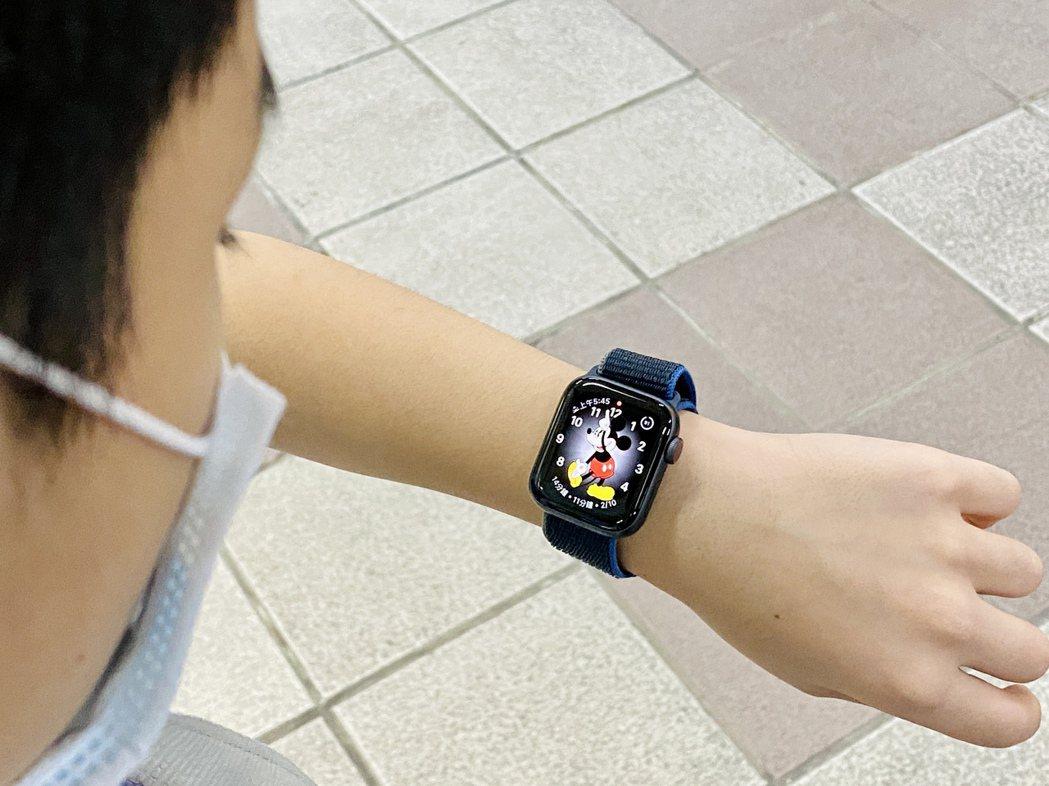 40mm尺寸的Apple Watch搭配柔軟又透氣的運動型錶環,魔鬼氈扣帶可輕鬆...