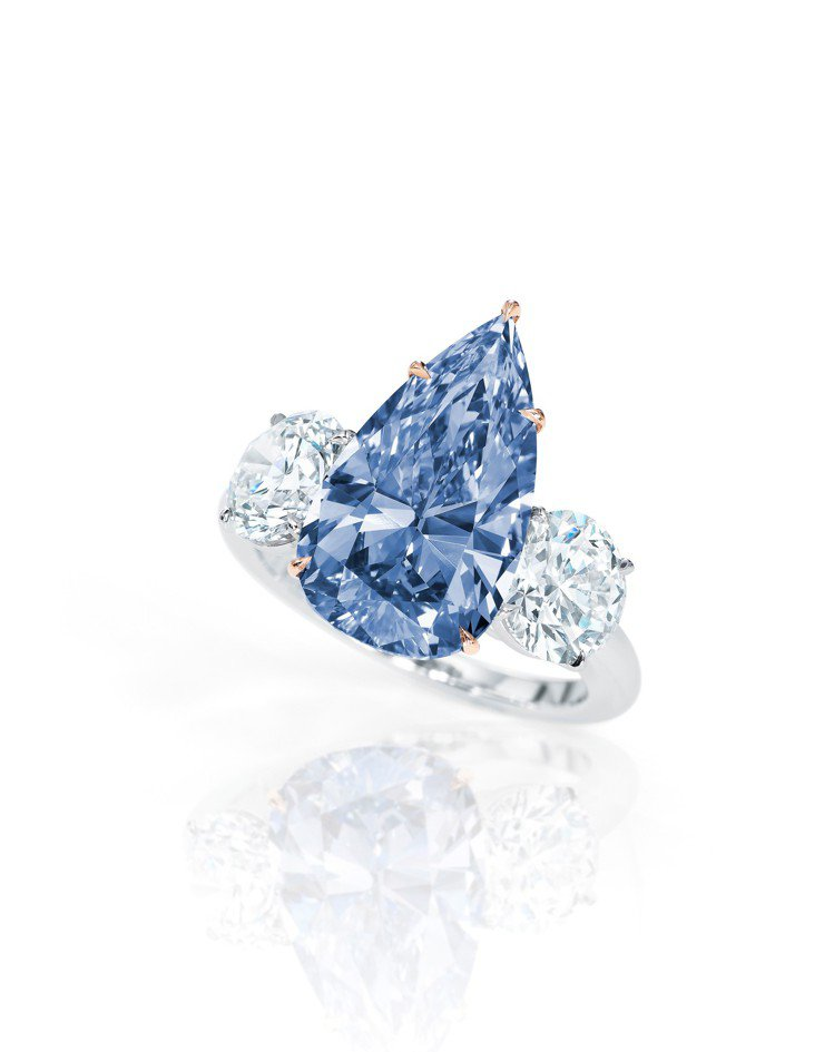 一枚4.84克拉艷彩藍色內部無瑕鑽石鑽戒,估價5500萬港元起。圖/蘇富比提供