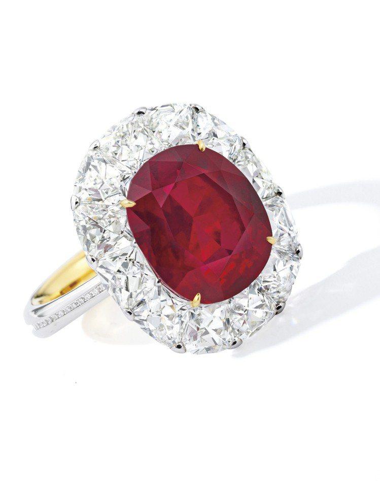 一枚6.41克拉天然「緬甸鴿血紅」紅寶石配鑽石戒指,由Forms設計鑲嵌,估價1...