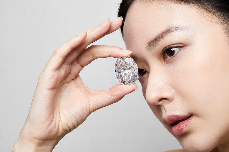 一枚重達102.39克拉D色無瑕橢圓形鑽石將以底價方式於10月5日上拍。圖/蘇富...