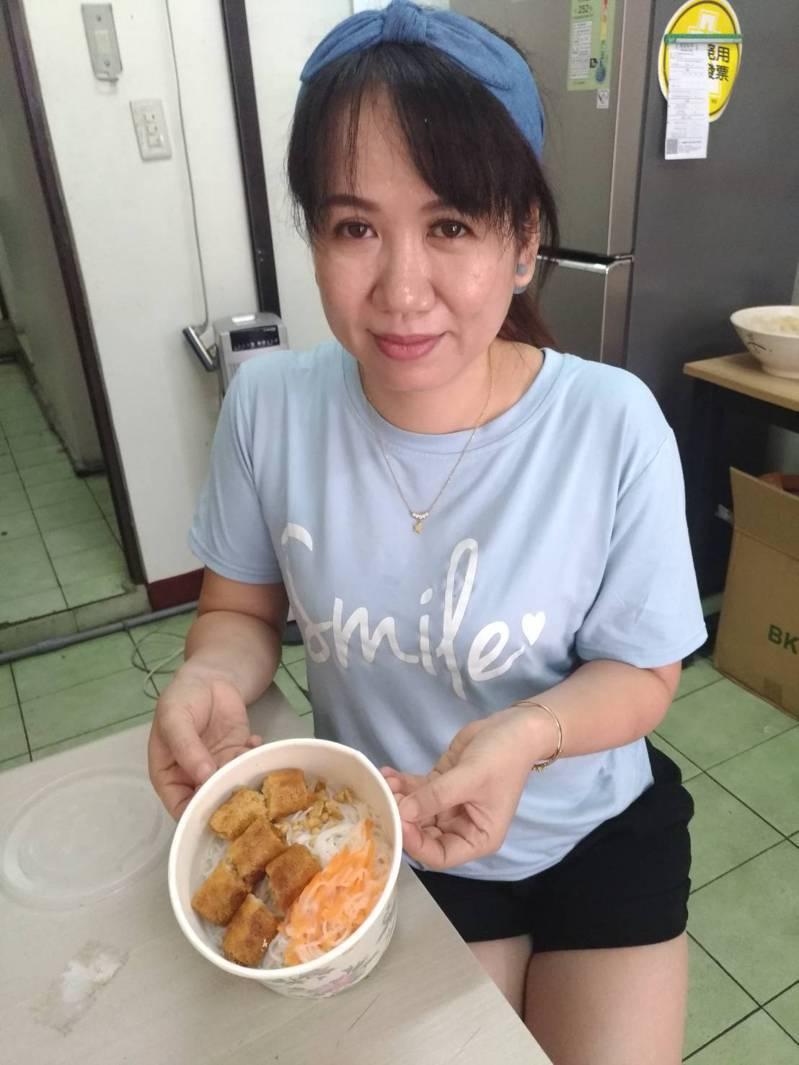 小星星的小吃店,有越南料理,也有改良迎合台灣人口味的菜色。記者林麗玉/攝影