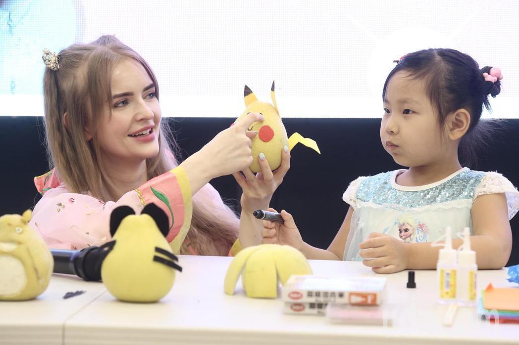 宋蕊安(左)和弱勢孩童親切互動。記者林俊良/攝影