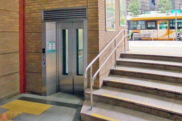 日本車站紛紛出現不到10階樓梯高的「短電梯」。圖擷取自乗り物ニュース