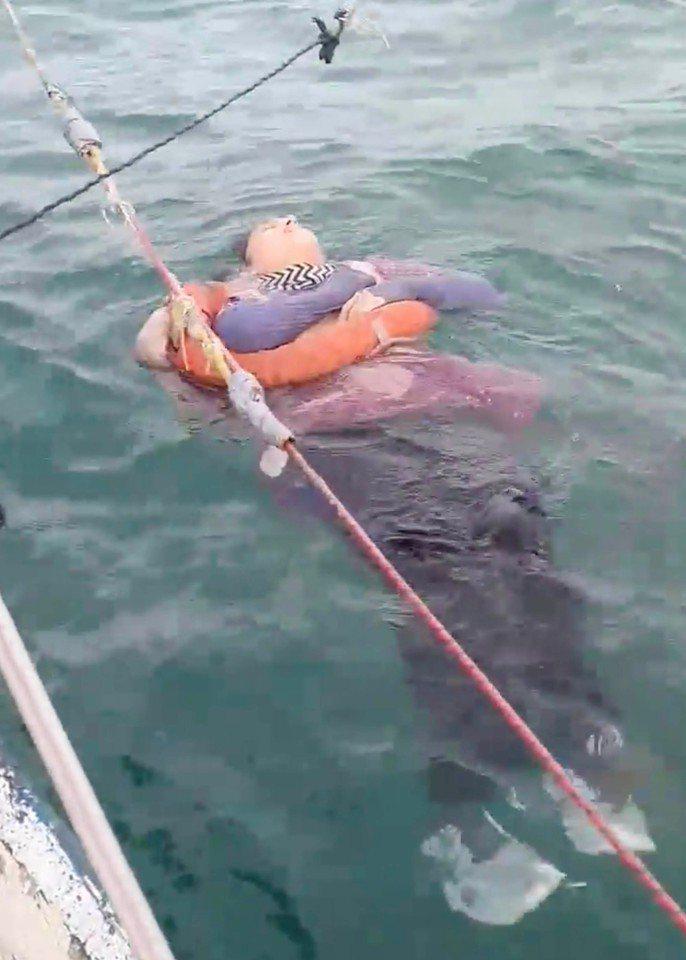 哥倫比亞漁民發現一名女子漂浮海面,緊急救她上岸。確認身分後發現,女子已與家人失聯2年。圖/取自New York Post