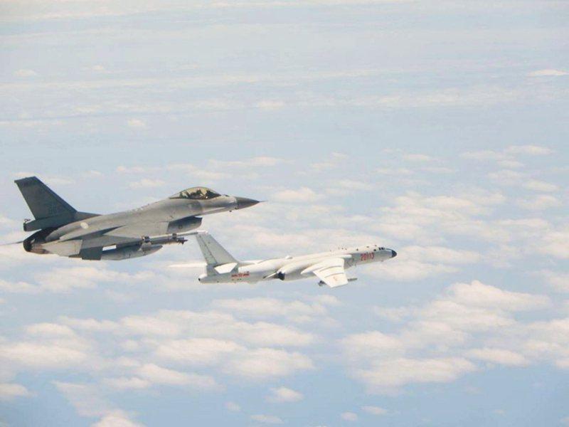 近日台海情勢緊張。圖為我空軍16戰機(左)監控繞台共機。 圖/國防部提供