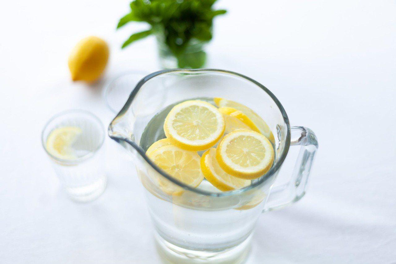 建議在準備飲料時可選擇一大壺的無糖檸檬水,烤肉時喝可以去油解膩外,檸檬中含有的維...