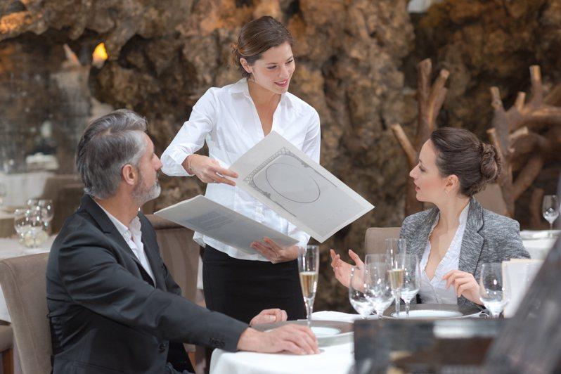網友分享與女方初次約會時,女方選擇一家價格不便宜的燒烤餐廳,2人一共消費8415元,沒想到吃完後女方竟先閃人,獨留男方結帳。圖片來源/ingimage