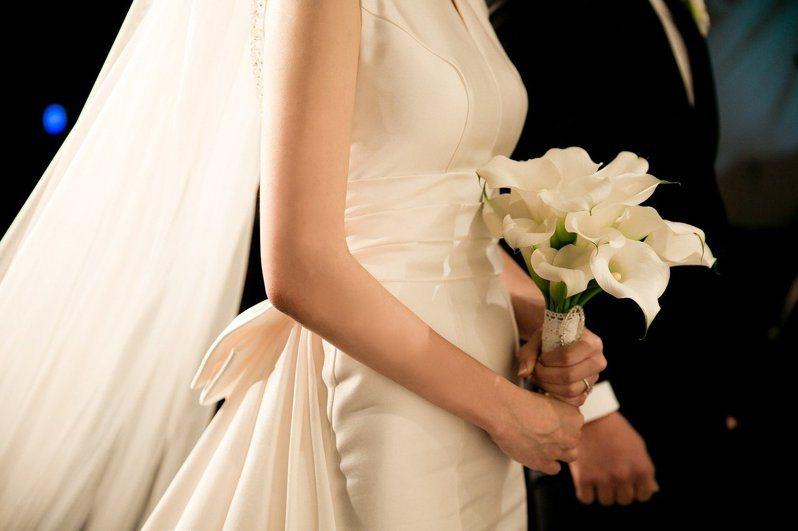 網友表示,公司頒布新規定,強制所有員工包給結婚新人1000元紅包。 圖/PIXABAY