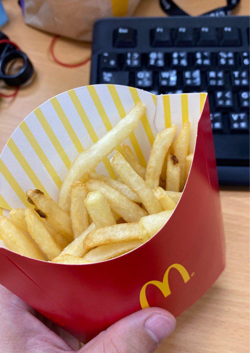 男網友買了一包薯條卻「不到8分滿」因而上網投訴,但他在官網上輸入驗證碼「YRFAT」時,才赫然驚覺似乎被嘲諷「You are fat(你很胖)」。圖擷自PTT八卦板
