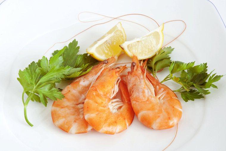 老祖宗的飲食經驗,說吃蝦配檸檬等於吃砒霜,到底是真的假的?示意圖/ingimag...