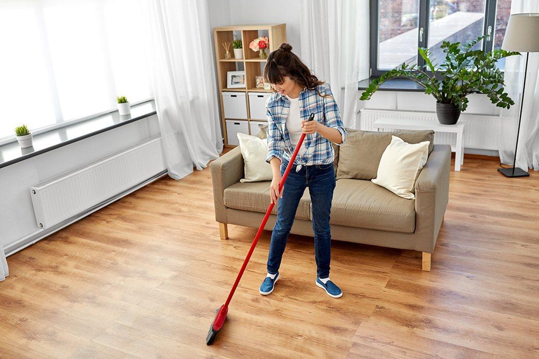 要怎麼樣才能有效的清理在地板上的頭髮呢? 圖片/ingimage