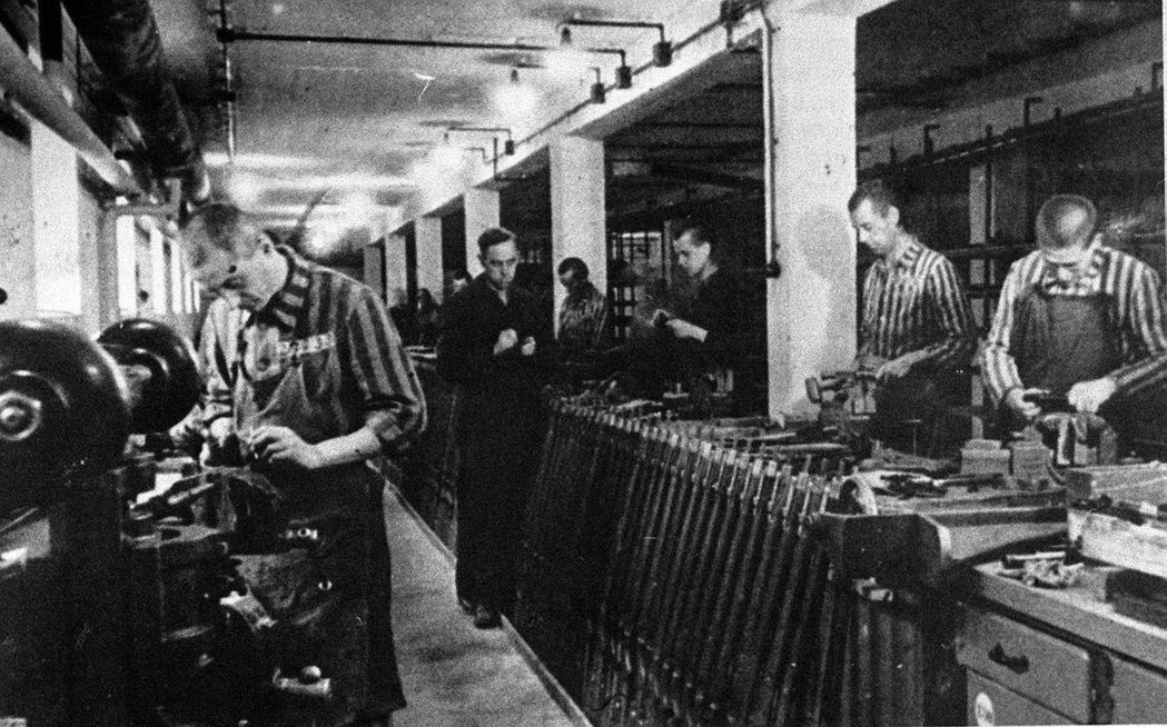 圖為達豪集中營附近工廠的猶太人奴工。 圖/美聯社