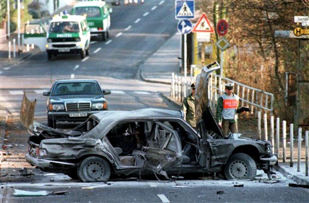 八點三十四分,車隊穿過光束,炸彈爆炸,彈片和銅板疾飛到街道上,直接命中赫爾豪森座...