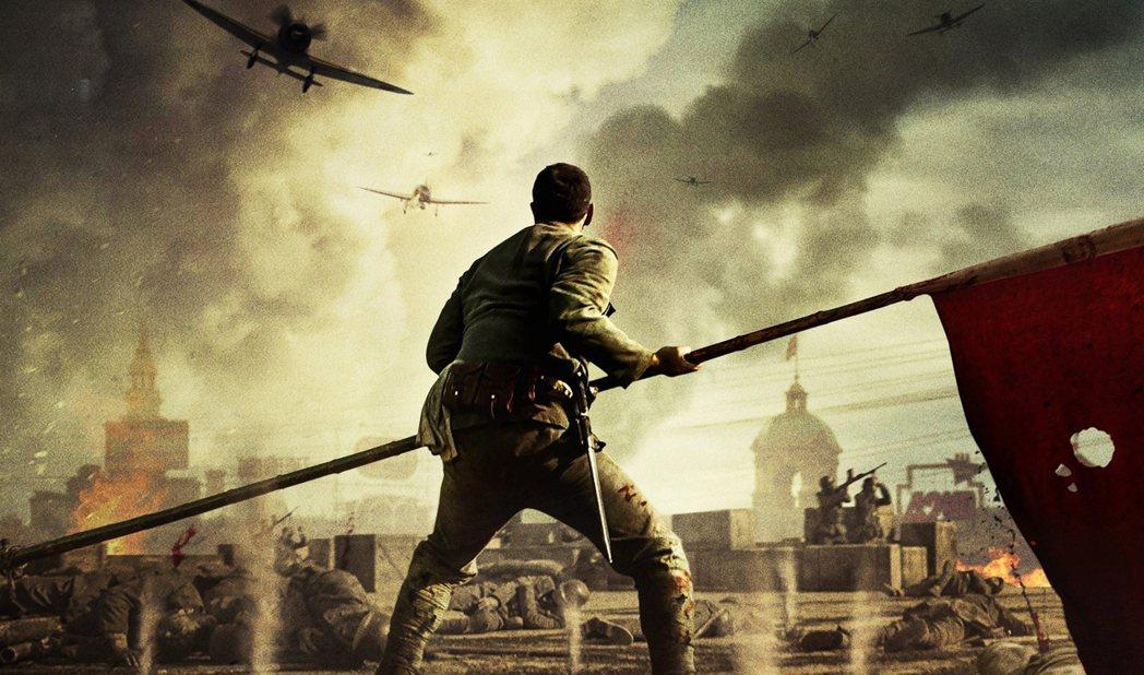 《八佰》的成就很突出,但他的侷限也是。打破中國軍人一貫的英勇形象是亮點,《八佰》...