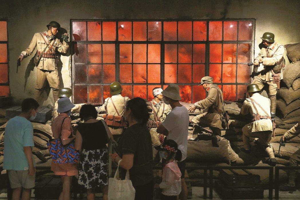 上海的四行倉庫博物館,因為《八佰》的上映而又重新湧入參觀人潮。 圖/中新社
