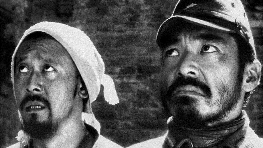 《鬼子來了》姜文所飾的農民馬大三(左),收留了被包在麻布袋裡的日本軍人花屋小三郎...