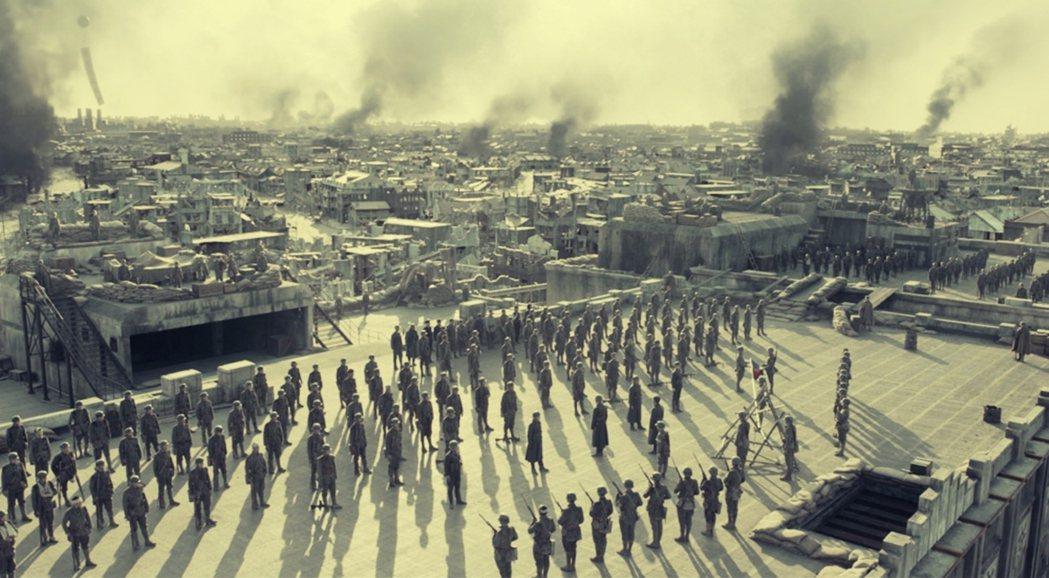 四行倉庫裡的士兵就是棋盤上的棋子,大體上他們隨著軍隊的安排繼續戰鬥,但是電影中特...