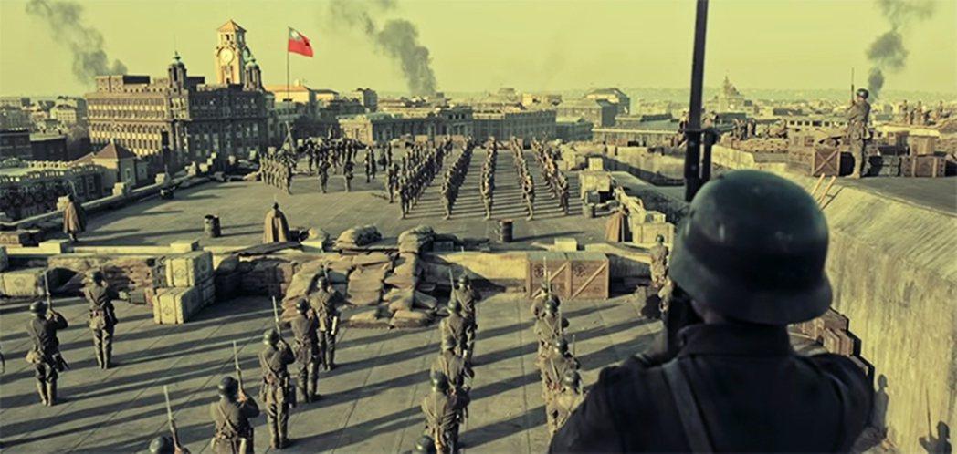 電影中幾次攻防場景青天白日旗也是以遠景處理。 圖/《八佰》