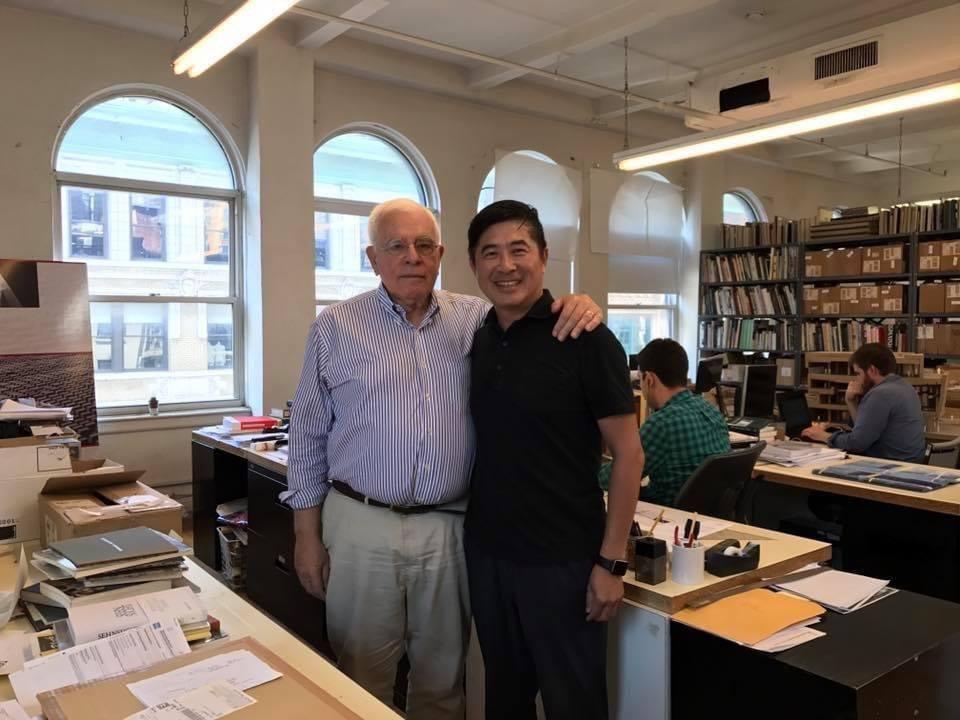 張基義(右)與恩師Peter Eisenman。圖/張基義提供