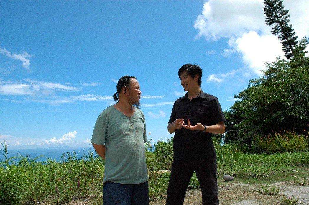 張基義(右)與導演林正盛在討論「月光小棧」。圖/張基義提供