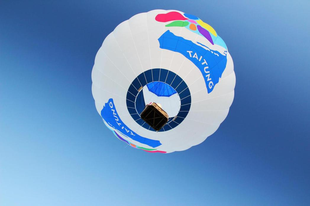 張基義台東副縣長任內推廣台東美學,熱氣球上有全新logo。圖/張基義提供