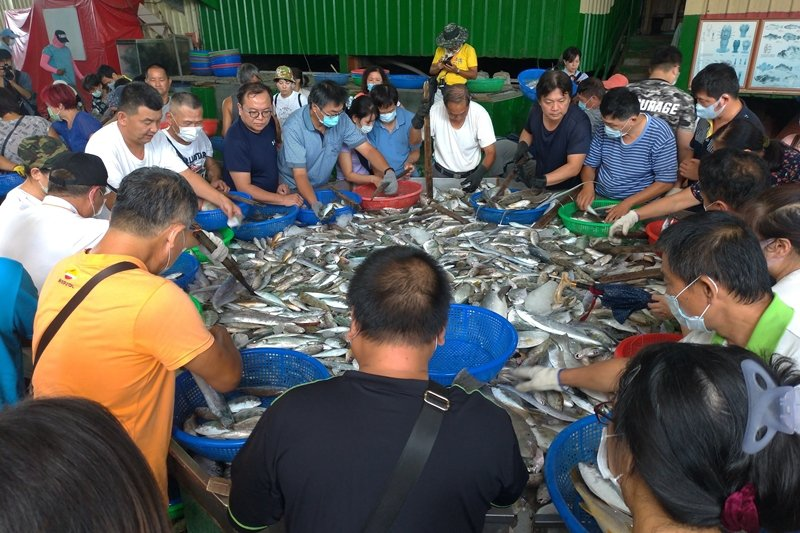 明發定置魚場以永續海洋資源的經營方式,將海山漁港的野生漁貨直接賣給消費者。 圖/...