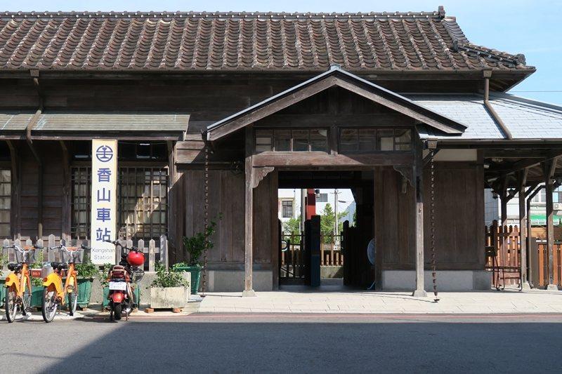 香山車站由當地居民爭取保留,是全台灣仍在營運的檜木車站。 圖/洪郁真