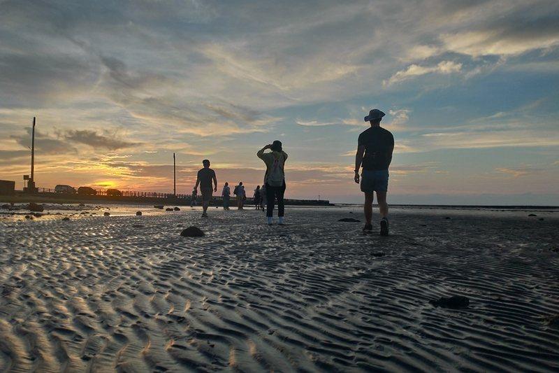 退潮的香山溼地,可欣賞夕陽美景與親近潮間帶生態。 圖/洪郁真