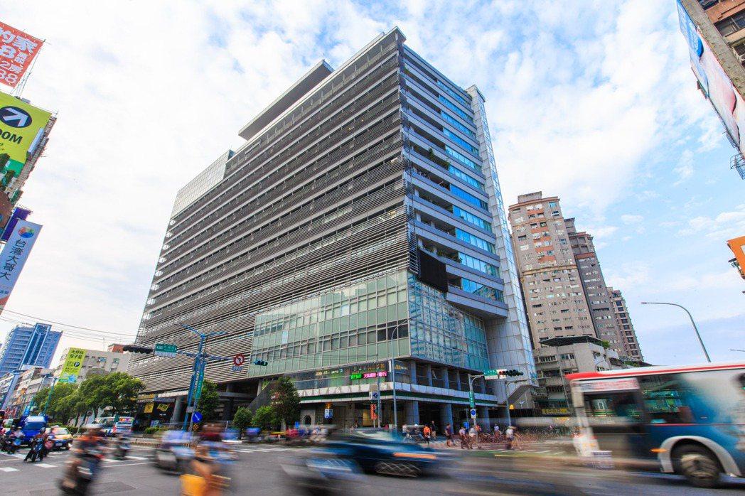 大坪林站商圈類似台北市大安區、信義區的「精華版」,商圈裡,5-10分鐘的步行時間...