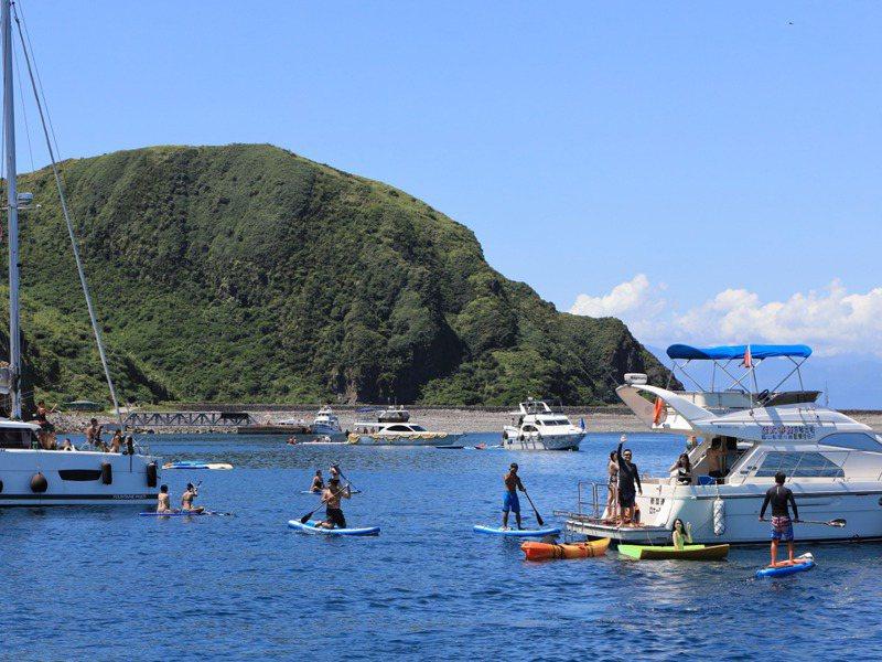 今年疫情難出國,遊艇載客在龜山島周圍下水,成為新興遊憩活動。記者鐘聖雄/攝影