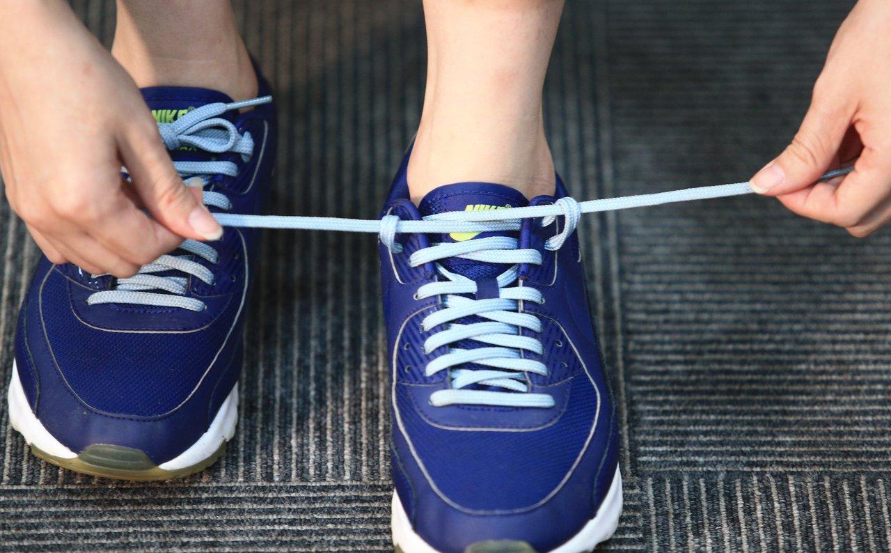 穿耳式鞋帶綁法,第三步,將兩邊鞋帶拉緊。 記者陳正興/攝影 示範/游艾玲