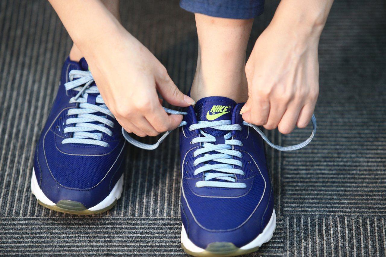 穿耳式鞋帶綁法,第一步,將鞋帶穿過跑鞋最上方的鞋洞。 記者陳正興/攝影 示範/游...