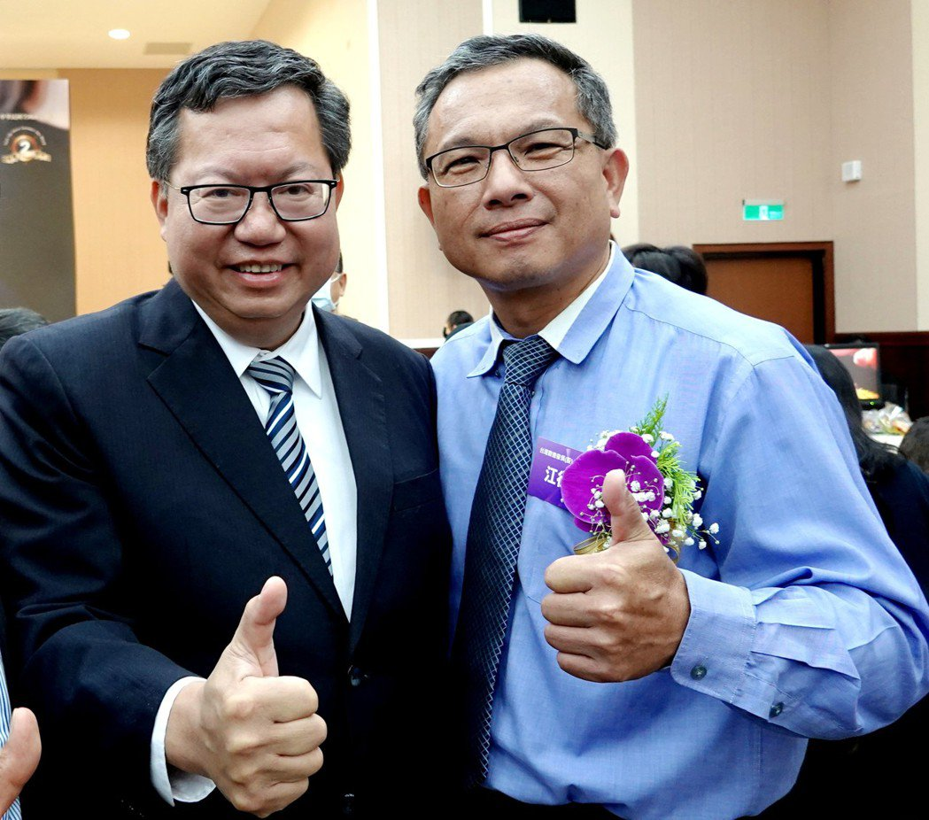 桃園市長鄭文燦(左)恭喜歐德集團獲金舶獎,開心與總經理江衍欣(右)合影。