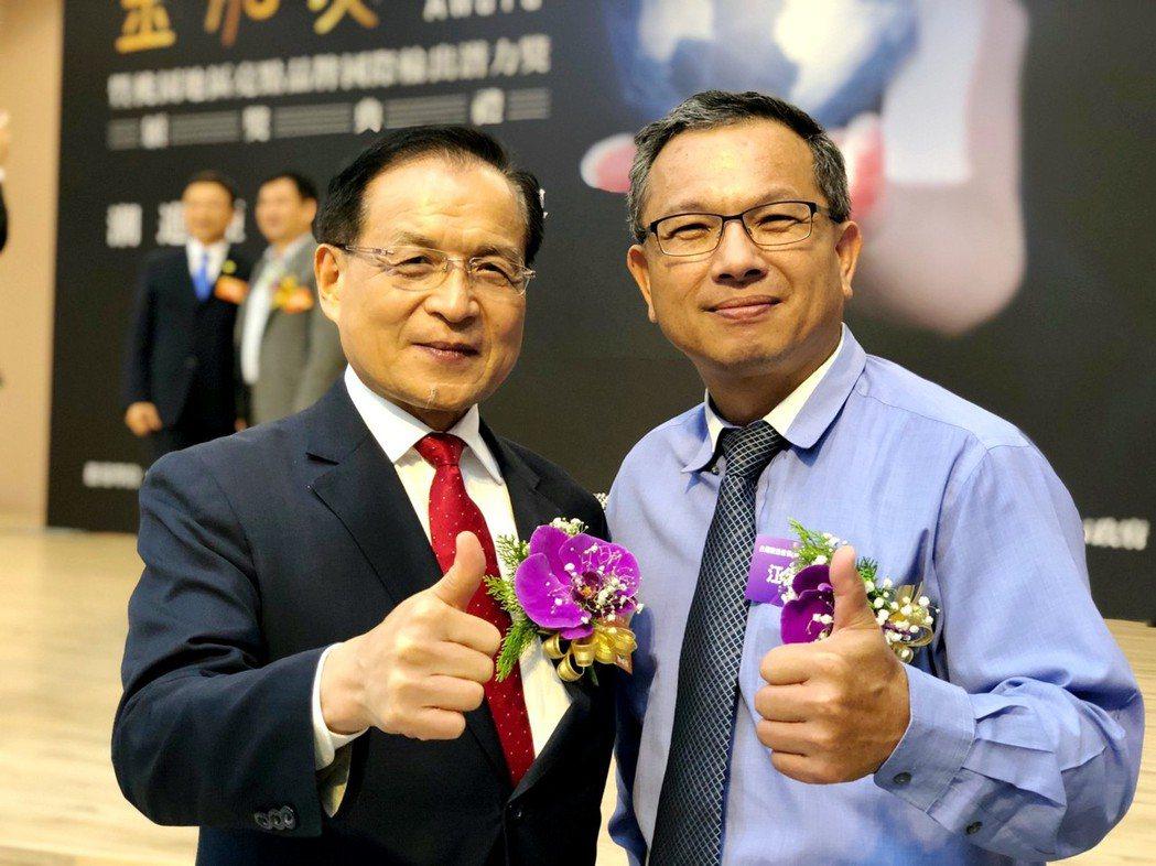歐德集團江衍欣總經理(右)接受商研院董事長許添財(左)恭賀獲金舶獎。