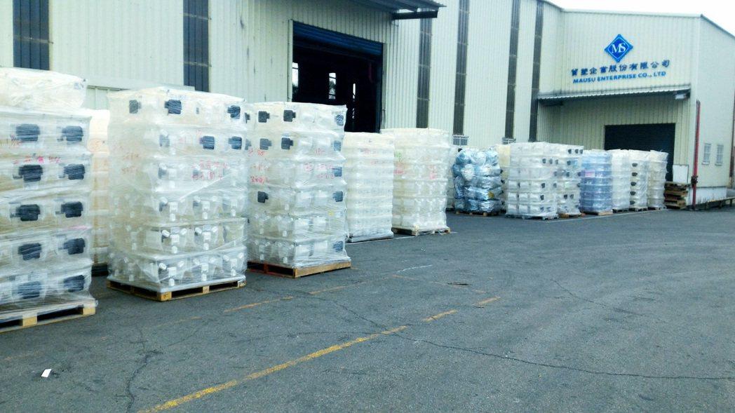 貿塑企業從各大半導體廠收購之各式廢棄晶圓盒,其中有大部分狀況良好,且僅被使用過一...