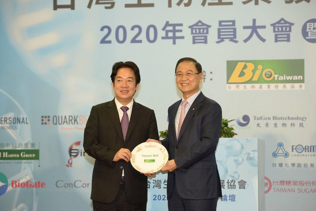 (左起)副總統賴清德、生物產業發展協會李鍾熙理事長。生物產業發展協會/提供