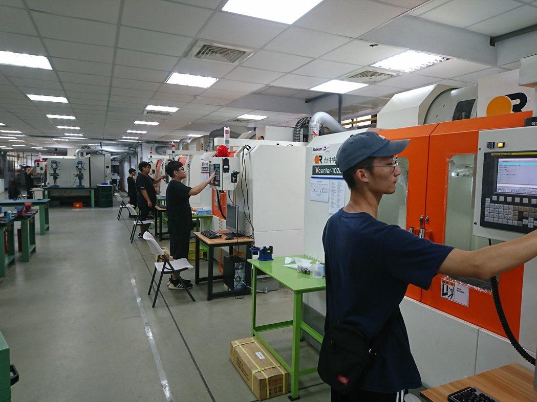 萬能科大CNC銑床乙級術科檢定考場。 校方/提供。