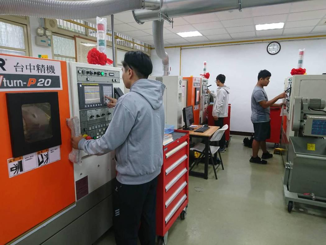 萬能科大CNC車床乙級術科檢定考場。 校方/提供。