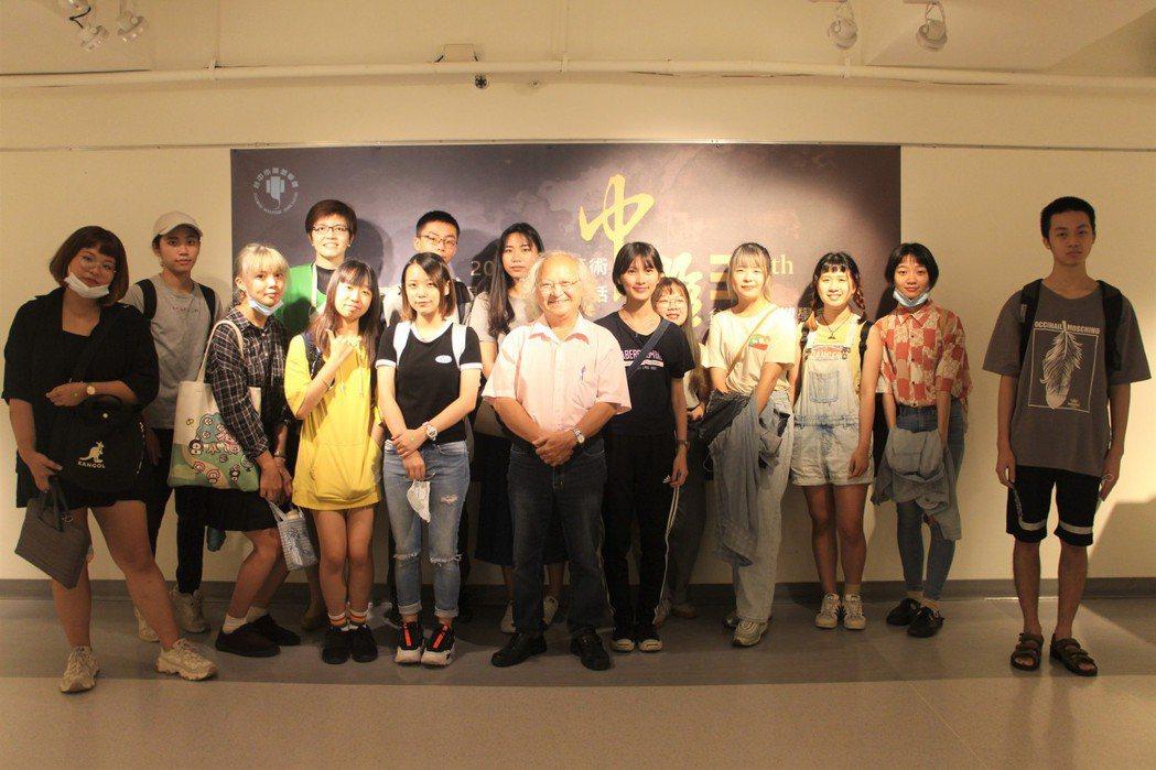 黃澤華(圖中)與高師大美術系學生們合影。 呂政道/攝影。