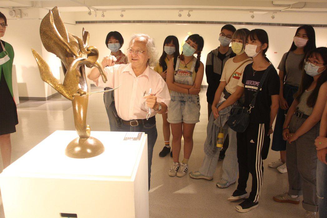 黃澤華(左)與高師大美術系學生分享自身雕塑創作的經驗。 呂政道/攝影