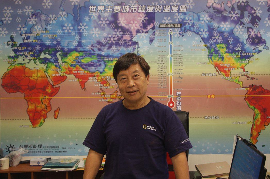 吳柏村利用身後的全球緯度溫度圖解釋寒帶與熱帶地區玻璃應用的差異。 呂政道/攝影