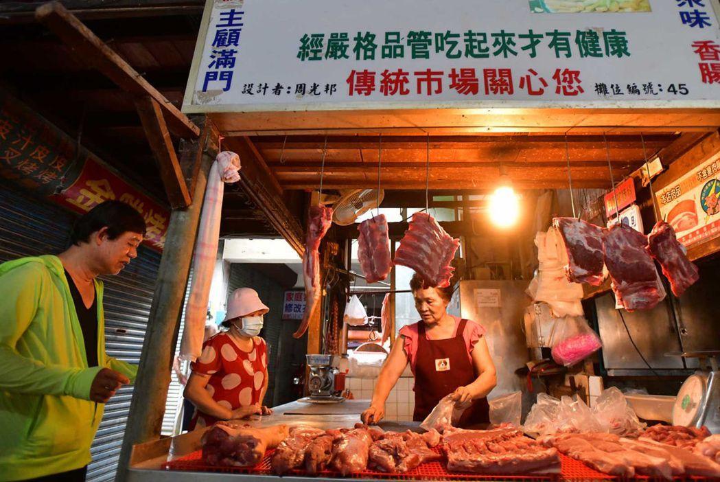 天剛亮,傳統市場肉攤擺上新鮮溫體豬肉,供民眾採買。「冰過的不好吃,」有溫度才有鮮...