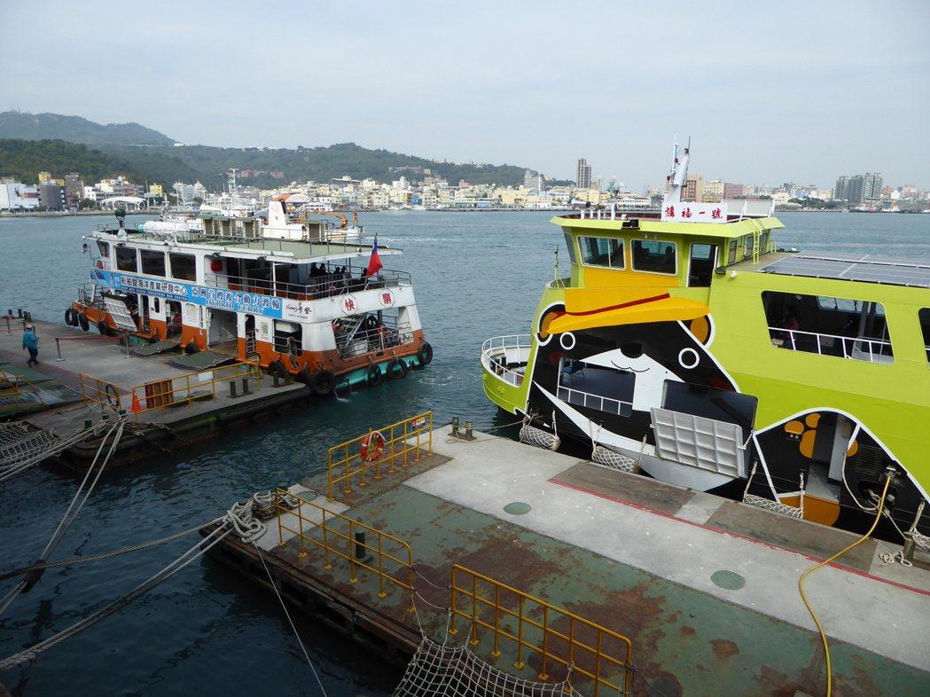 全亞洲第一艘100噸級商業運轉載客綠色渡輪「快樂號」及「旗福一號」。 船舶中心/...