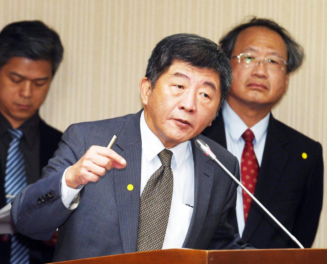 衛福部長陳時中(中)30日赴立法院社會福利及衛生環境委員會報告。 中央社